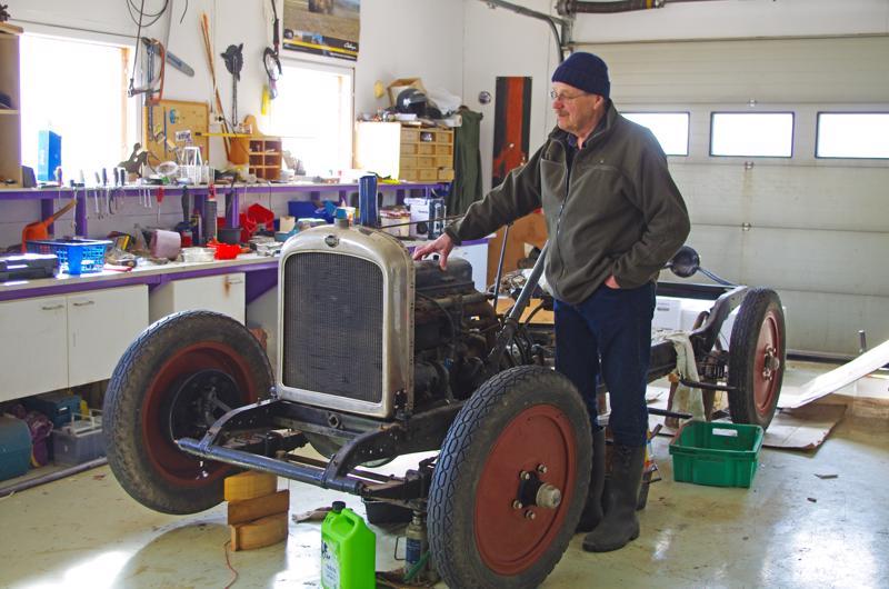 Vuoden 1926 Nash-avoauto aloittaa ja päättää Pekka Vilkunan elämänkatsausteoksen.