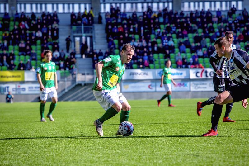 KPV:n puolustaja Juri Kinnunen kuljettaa laidalla palloa.