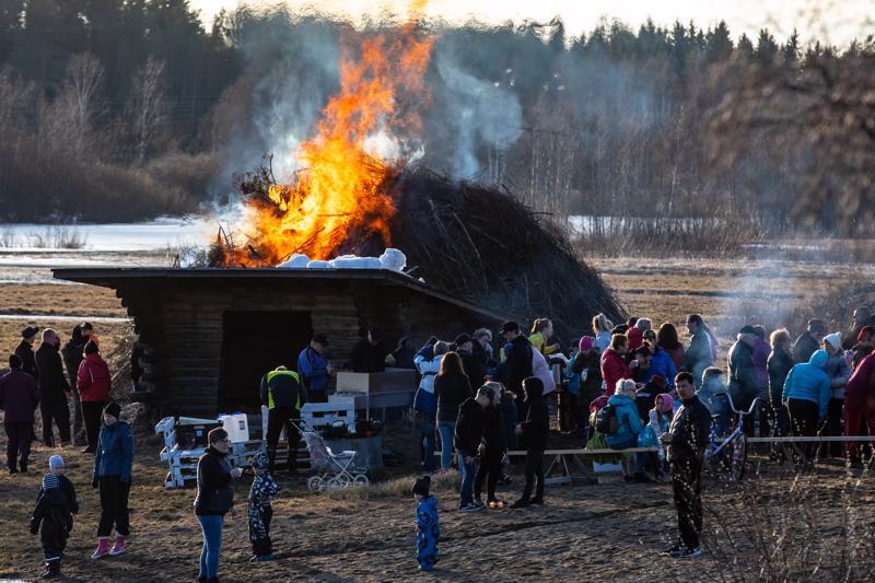 Perhon Möttösessä kokko oli turvallisessa paikassa joen rannassa.Väkeä oli paikalla runsaasti ja sää suosi tapahtumaa.