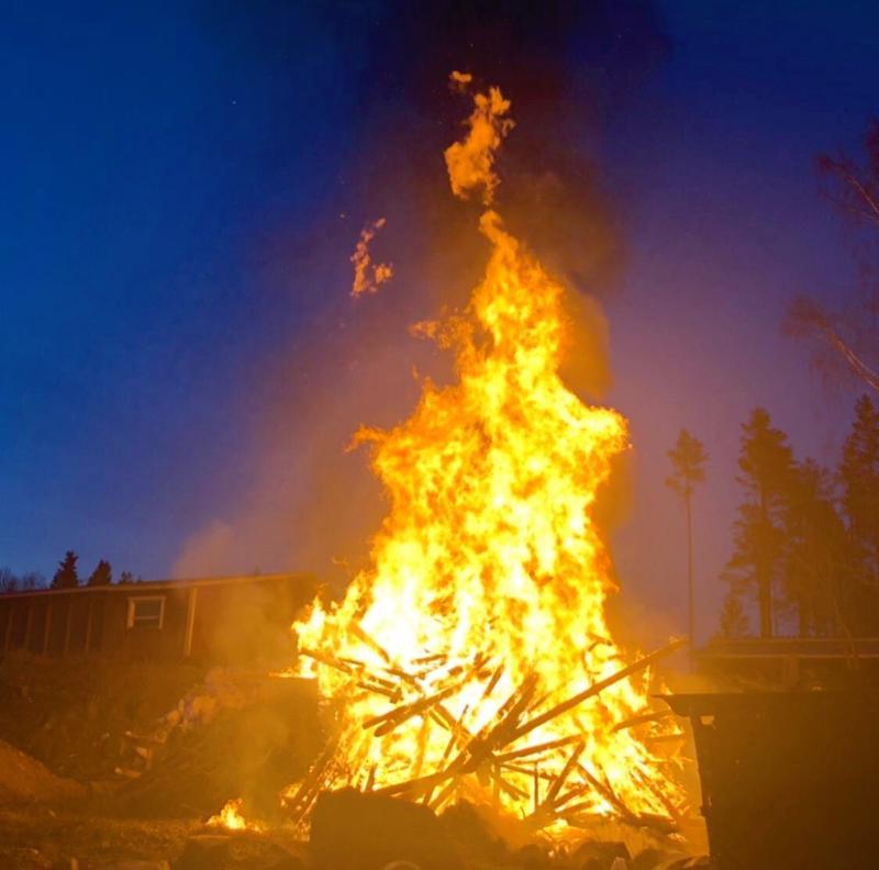 Mahdollisesti Jokilaaksojen suurin kokko poltettiin Sievin Kukonkylällä. Kokkoaineksena oli 1957 rakennettu elonsuoja, joka purettiin tarpeettomana.