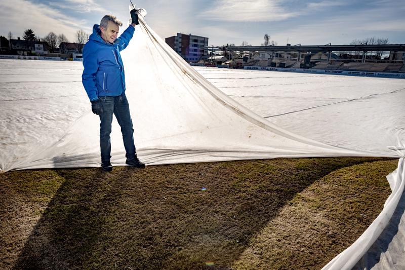 Kokkolan kaupungin puistoista ja liikuntapaikoista vastaava työpäällikkö Terho Lindberg toteaa, että hyvältä näyttää, keskuskenttä vihertää jo. Tosi koetukselle nurmi joutuu vajaan kolmen viikon päästä, kun KPV palaa kotikentälle.