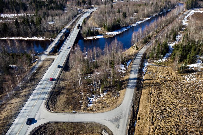 Kun Perhonjoen sillan remontti alkaa, houkutus kiertää jonot voi lisätä liikennettä Rödsön kautta kaupunkiin. Rödsöön pääsee kuvassa oikealla näkyvää Söderbackantietä pitkin.