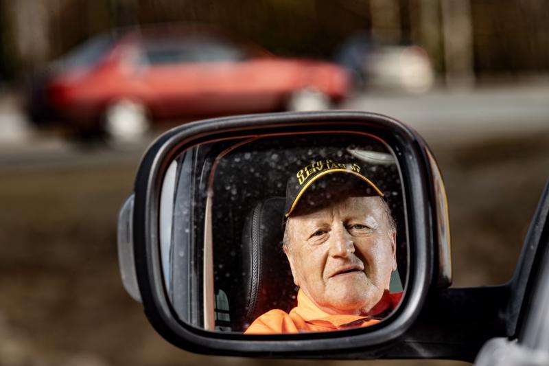 Asfalttimiehenä työskennellyt Sten Skytte on viettänyt koko työuransa tien päällä. Nykyään hän toimii vapaaehtoisena tiepalvelumiehenä.
