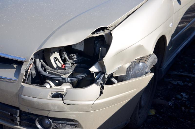 Tyypillinen kolarivaurio on, että auton etukulma osuu johonkin.