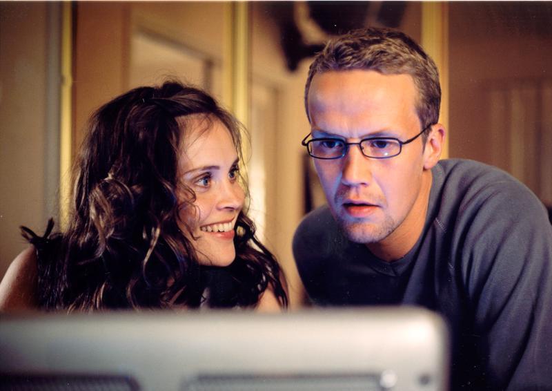 Katri (Tiina Lymi) ja Janne (Petteri Summanen) ovat menestyjiä, jotka lähtevät lomallaan köyhäilemään Jakomäkeen Nousukausi-elokuvassa.