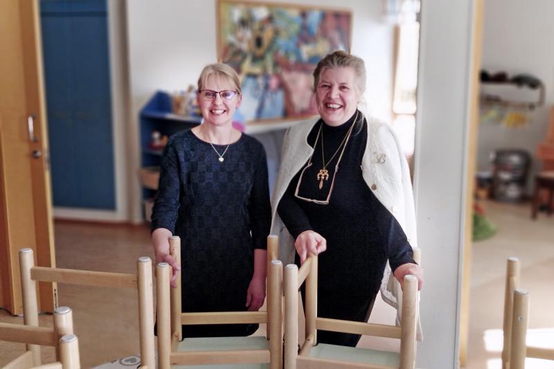 Mervi Björklund Pietarsaaren suomalaisesta seurakunnasta ja Bernice Haglund-Wikström Pietarsaaren ruotsalaisesta seurakunnasta iloitsevat uudesta yhteisestä toimintamuodosta.