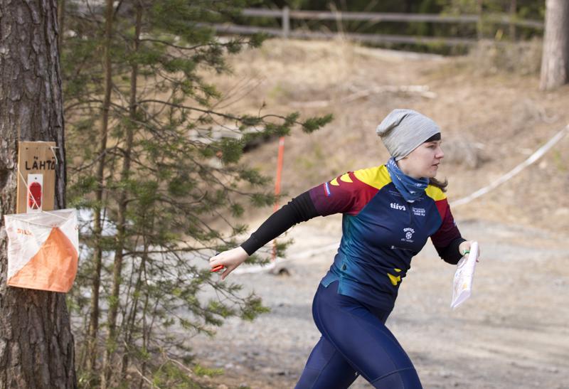 Viime vuoden iltarastiavauksessa Rastiimin Alena Ryda suuntasi vauhdilla kohti ensimmäistä rastia.