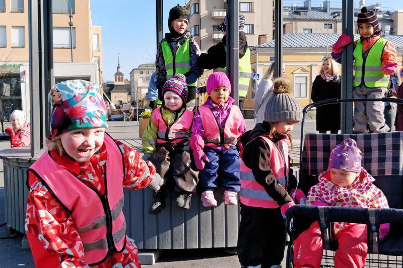 Lapsia Viktoriasta ja Nordmanilta  piipahti hoitajineen torilla.