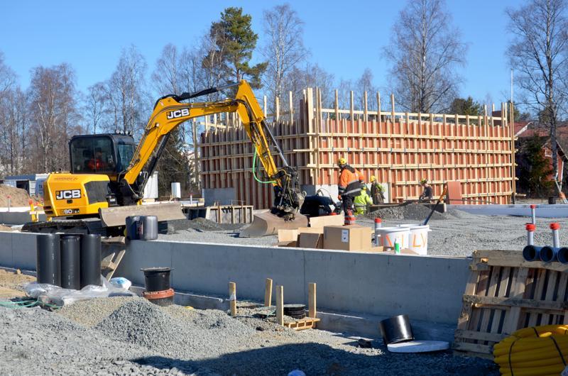 Sievin uusi hyvinvointikeskus on saanut kivijalan ja väestötiloille betoniseinät. Viereiselle tontille WasaGroup kaavailee liiketaloa.
