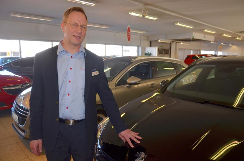Antero Saulio on myynyt Ylivieskassa  27 vuoden aikana monta autoa. Kokoajan hän myynyt autoja samassa paikassa, ensin se oli KPO:n ja nyt Rinta-Joupin.