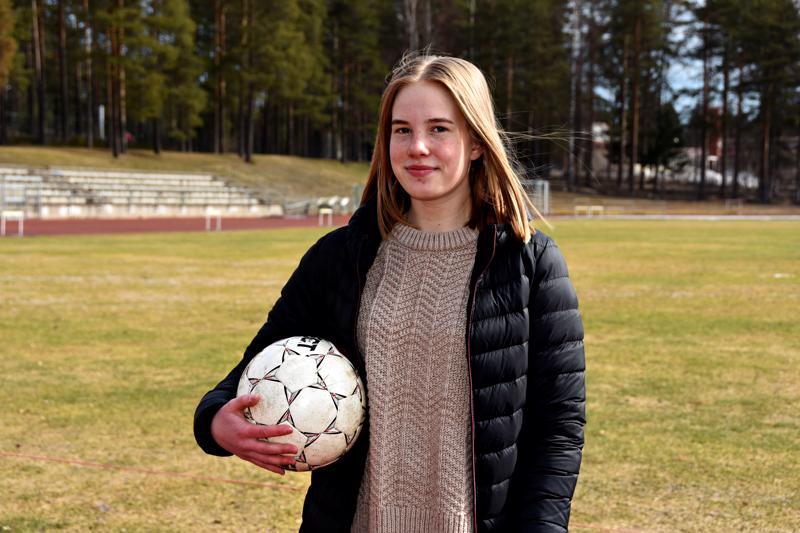 FC Folkissa alkanut jalkapalloharrastus on vienyt Emilian Kokkolaan. Pääsiäisenä treeneistä ja peleistä oli sen verran taukoa, että hän ehti lomailemaan Haapavedellä.