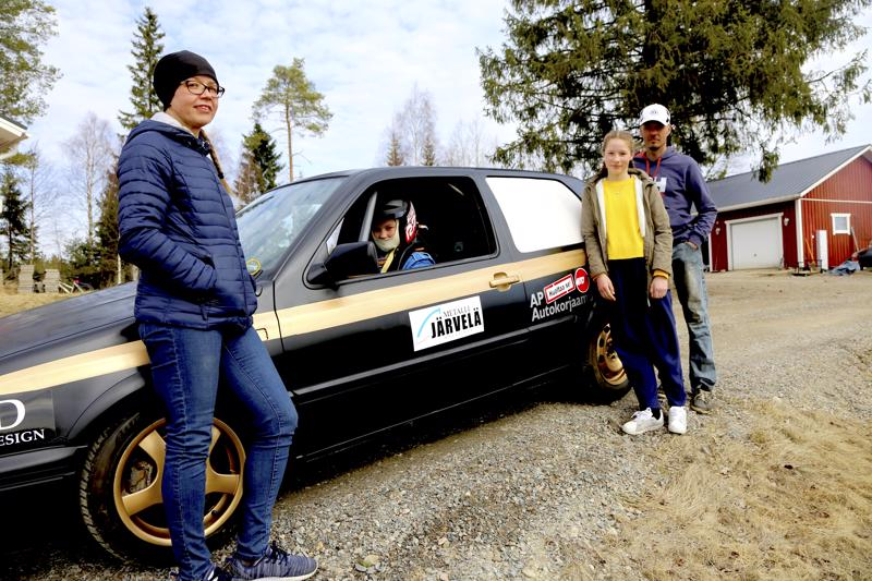 Lempiälän perheestä nähdään kolme Asfalttikunkun lähtöviivalla: Suvi (vas.), Roosa ja Jarno (oik.). Perheen kuopus Saara on tallitiimin ykkösmekaanikkona Asfalttikunkussa.