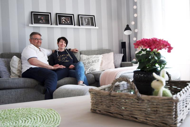 Olohuone on Harri Hanhikoskelle ja Kirsi Siirilälle rentoutumisen tyyssija.