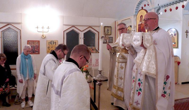 Papit, isä Reijo Marjomaa (oik.) ja isä Kauko Makkonen sekä ponomarit Jarmo Pylkkönen ja Mauno Tuominen aloittamassa ehtoollista.