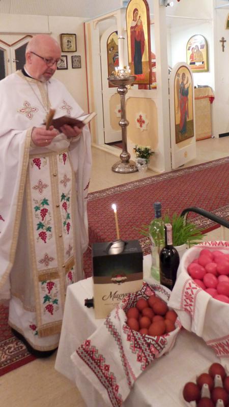 Isä Reijo Marjomaa siunasi pääsiäisruoat Karvoskylän kirkon pääsiäisyöpalveluksessa.