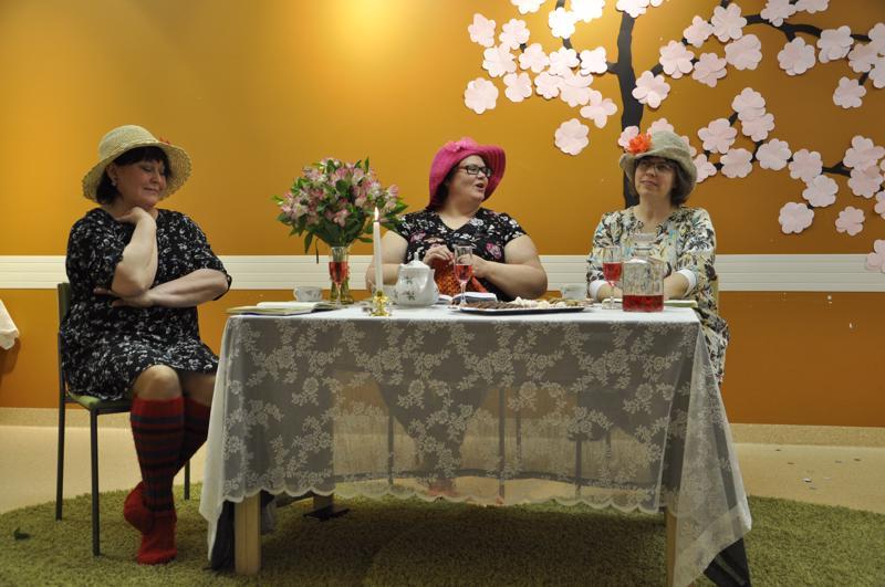 Ellin päiväkirjan äärellä. Lea Annala (vasemmalla) seuraa, kun on Marjo Haukilahden (keskellä) vuoro lausua runoa. Jaana Junkala kuuntelee. Poikkitaiteellisessa esityksessä naiseutta ja elämää kommentoitiin runoin ja lauluin.