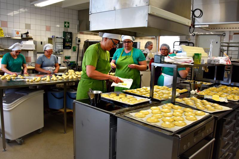 Sirpa Holappa (etualalla) ja muut Jedu Haapaveden leipuri-kondiittoriopiskelijat pyörittelivät viime viikolla 2000 voisilmäpullaa Pro Forest -messujen kahvikioskeihin.