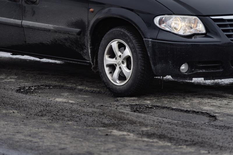 Talven jäljiltä tiet ovat paikoin murentuneet. Karttapalvelusta näkee, millä tieosuuksilla asfaltti on kaikkein huonoimmassa kunnossa.
