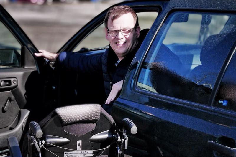Seppo Kangas ajoi ajokortin 32 vuotta sitten. Opetusauton perhe hankki itse. Sen jälkeen autoja on tullut ja mennyt. Nyt alla on farmari, jonka kyydissä kulkee myös pyörätuoli kätevästi.