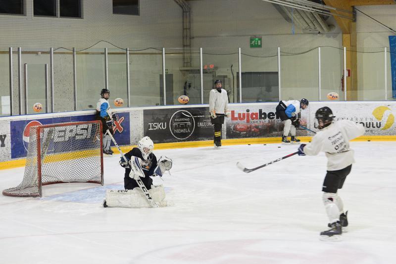 Keskiviikon harjoituksissa Kiilat Hockeyn B-joukkue harjoitteli lämäreitä ja torjuntaa.