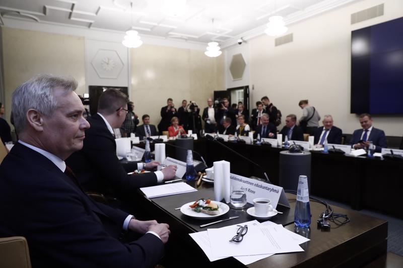 Eduskuntapuolueiden edustajat valitsivat odotetusti sdp:n puheenjohtajan Antti Rinteen hallitustunnustelijaksi.