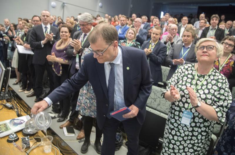 Keskustan puheenjohtaja Juha Sipilä ja kansanedustaja Anu Vehviläinen puoluevaltuuston kokouksessa Riihimäellä.