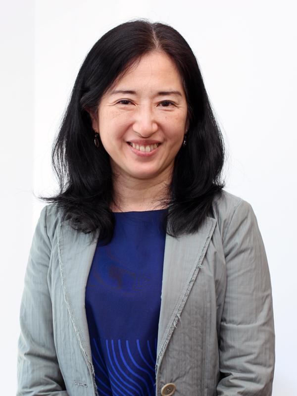 Kazue Ikemoto-Mäyry kertoo Pohjanmaalta Japaniin -hankkeen yrittäjille Japanin ja Suomen kulttuurieroista.