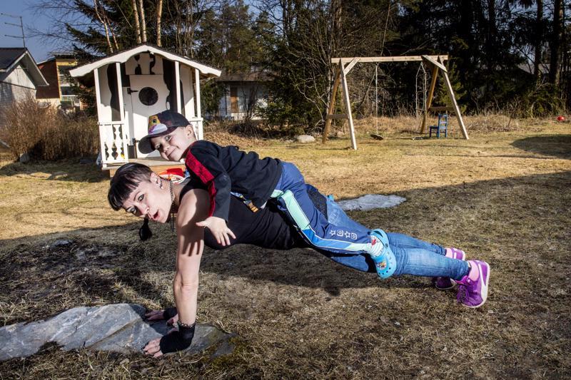 Himankalainen, kuuden lapsen äiti Taina Mustonen pitää itsensä kunnossa kuntonyrkkeilyllä, kahvakuulailulla ja kehonpainoharjoittelulla. Äidin kyydissä 4-vuotias Miko.