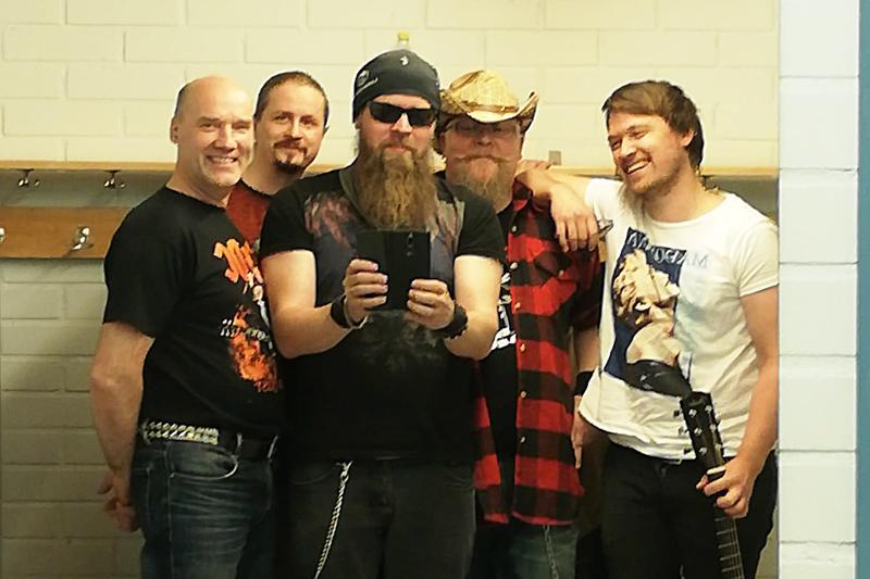 Blackwater Commotionin jäsenet Ilkka Uusitalo (vasemmalla) Perttu Tähtelä, Toni Saari, Mika Tikka ja Henrik Hako-Rita ovat soittaneet pitkään erilaisissa kokoonpainoissa. –Ei siis olla ihan tämän kevään ylioppilaita, vaan kokeneita rockmuusikoita, miehet tuumivat.