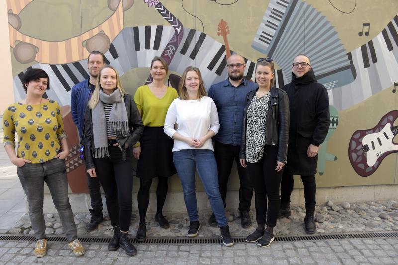 """Anna Hagen, Jonas Kuhlberg, Matilda Ångerman, Malin Simons Marja-Leena Hyytinen, Martin Enroth, Fanny Sjölind ja Johan """"Nisse"""" Nybäck kuuluvat koulumusiikkipäivien kantaviin voimiin."""