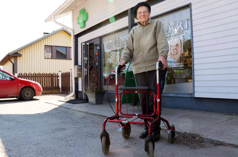Veteliläinen Rakel Hautala, 88, on ahkera hyötyliikkuja.