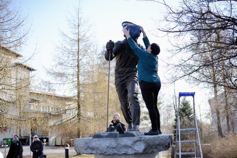 Kulttuurijohtaja Anita Ohtamaa pipotti Jussi Kurikkalan patsaan.