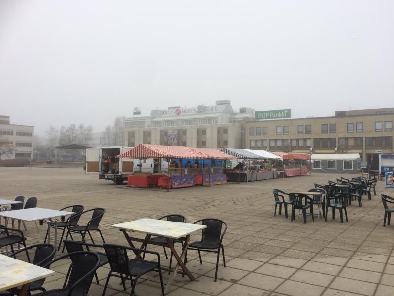 Kokkolan tori oli autio kylmänä ja sateentihkuisena vappuaamuna.