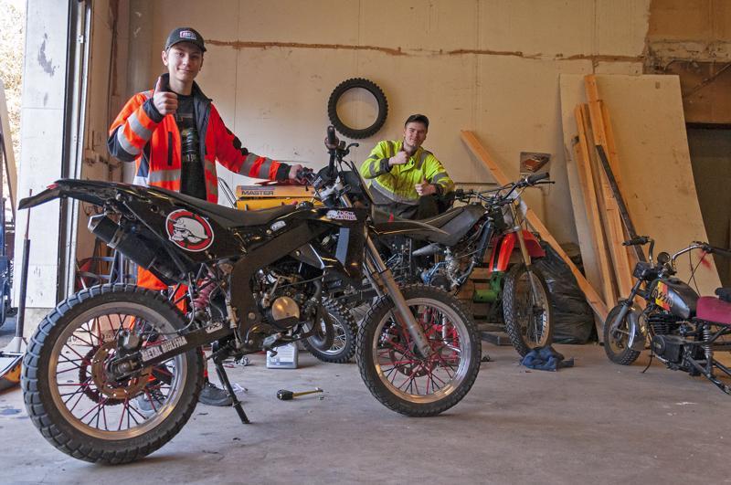 - Täällä on mukava ruuvailla erilaisia moottorivehkeitä, sanovat Joni Hackspik ja Tristan Boholm.
