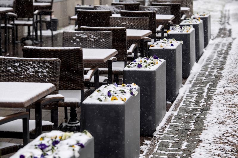 Ravintoloiden terasseja avattiin Keski-Pohjanmaalla jo pääsiäiseksi. Perjantaina lumisade ja pakkanen hautasivat kesätunnelmat ainakin hetkiseksi.