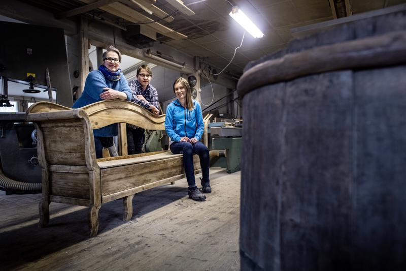 Sohvakaunotar palautuu loistoonsa Birgitta Mutka-Pokelan, Eeva Björkbackan ja Evalis Sundkvistin käsittelyssä.