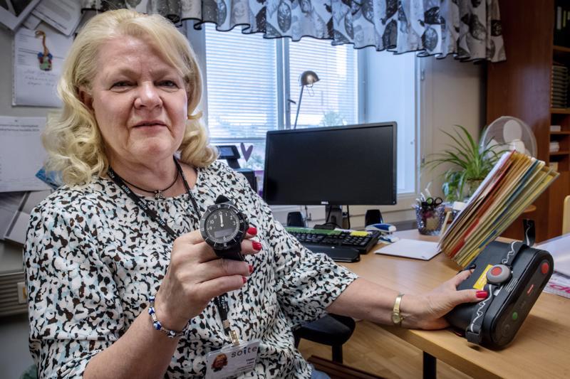 Palveluohjaaja Vappu Laine Soitesta esittelee paikantavaa turvapuhelinta eli turvakelloa.
