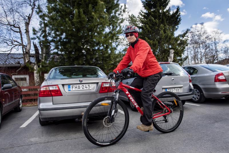 Pyöräily on myös ilmastoteko.Mikael Vähä-Kungas näyttää esimerkkiä.