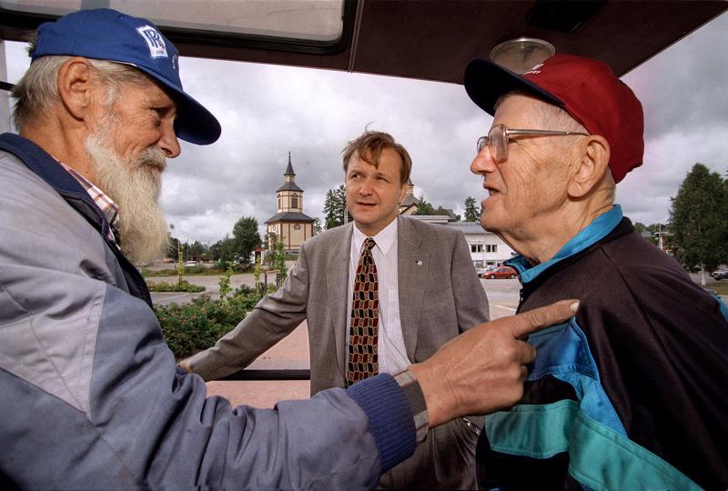 Nyt jo edesmenneet Unto Mäki-Petäjä (vas.) ja  Harri Lantto keskustelevat  vuoden 1996 EU-vaalien alla Kannuksessa. Myöhempi EU-komissaari Olli Rehn keskellä.