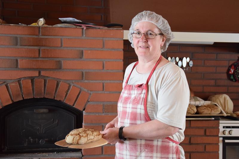Irja Rautio nauttii leipomisesta, ja kuuntelee usein musiikkia tehdessään tuvassa töitä aikaisesta aamusta asti.