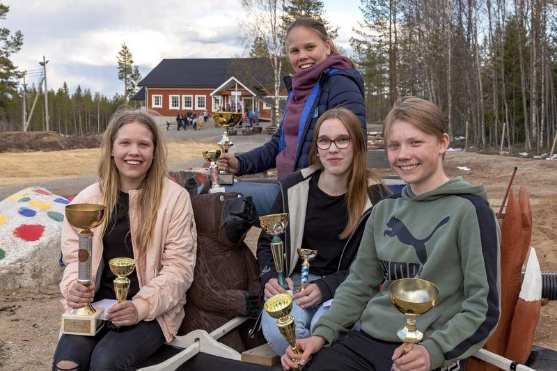 HaU-hiihtojaosto palkitsi Sarjis-hiihtojen lisäksi Aino Jylängin, Viivi Jylängin, Riina Taskilan ja Ville Niemisen pienillä stipendeillä.