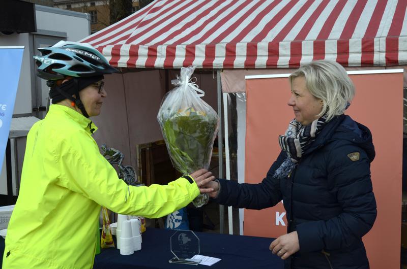 Liikuntatoimenjohtaja Lotta Nyqvist ojensi kukat Ingrid Brandt-Hakalalle kauppatorilla.