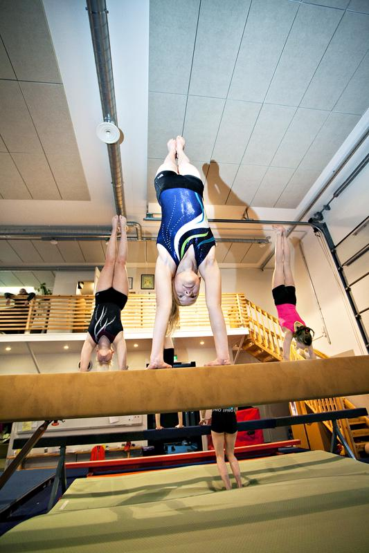 Kalajoen Voimistelijat sai käyttöön oman telinesalin Meinalassa vuonna 2014. Sen myötä voimistelijat ovat voineet treenata enemmän ja myös kisataso on noussut. Veera Joki-Erkkilä, Alisa Lavander ja Jenni Jaatinen harjoittelevat lauantain kisoja varten.