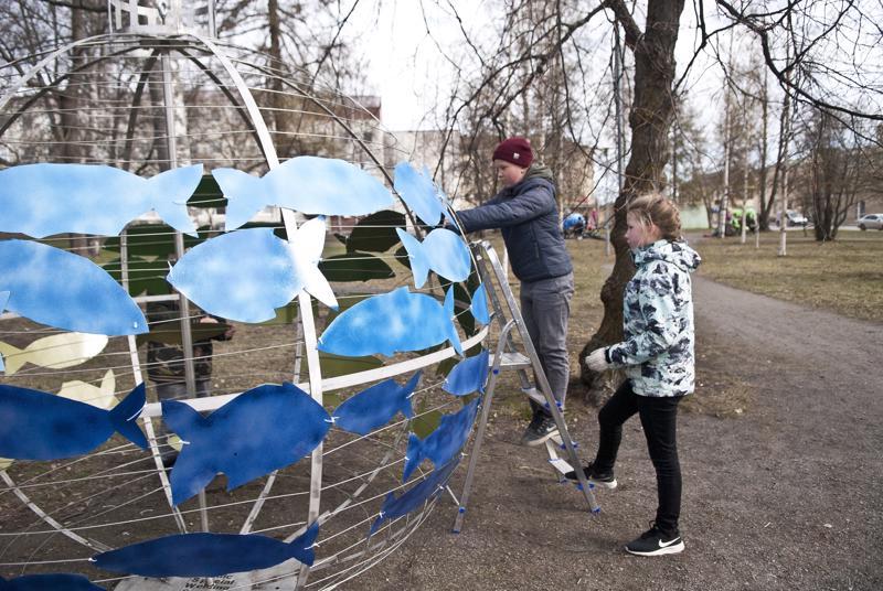 """Tämän teoksen nimi on """"Unelmien meri"""". Halkokarin koulun oppilaat haluavat ottaa kantaa vesistöjen suojelun puolesta."""