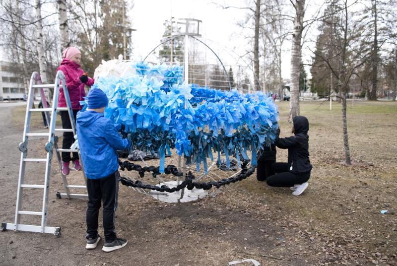 """""""Puhdas maapallomme"""" Raikasta ilmaa maapallolle meidän aktiivisuudella, viestivät oppilaat taideteoksellaan."""