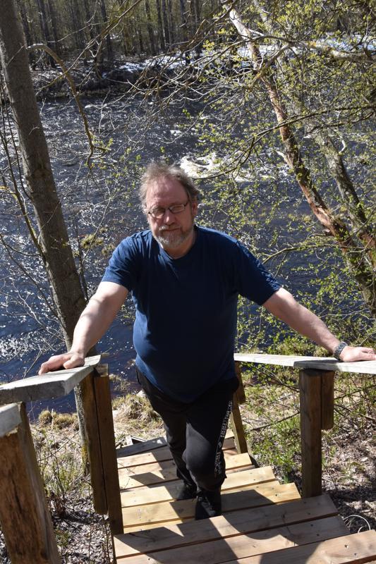 Onnea. Lestijoen rannalla Jäväjänkosken töyräällä asuvalla ja kalastusta harrastavalla Timo Vihannalla on tänään nimipäivä. Kotipihalla Vihanta ei kalastele, koska koski on rauhoitettu. Mutta joen rannalla oleva sauna lämpiää talvellakin. – Vielä ei ole niin kylmä ollut, etteikö olisi tarjennut lämmittää ulkosaunaa.