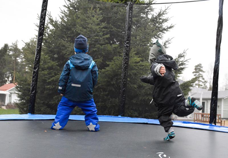 Jotta trampoliini kestäisi mahdollisimman pitkään käytössä, kannattaa kengät jättää ulkopuolelle, sillä trampoliinille päätyvät pienet kivet saattavat ajan saatossa hangata trampoliiniin reikiä.