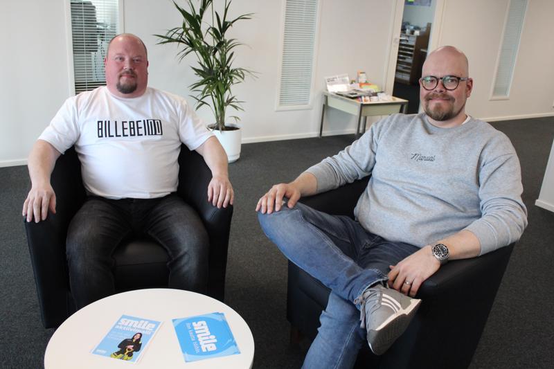 Smile Henkilöstöpalvelujen toimipaikka näkyy pian Nelostien kulkijoillekin, kun mainosteipit saadaan ikkunoihin, lupaavat Mika Pinola (vas) ja Timo Rantasaari.