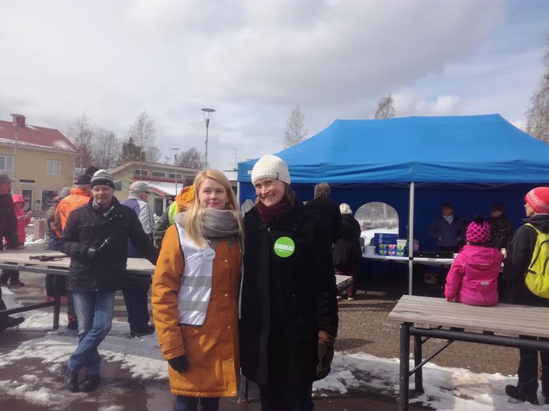 Ihmiset saivat keskustella ehdokkaiden kanssa kasvotusten Makasiinitorilla. SDP:n kajaanilainen eurovaaliehdokas Tiina Heikkinen (vas.) ja niin ikään kajaanilainen Vihreiden ehdokas Silja Keränen olivat mukana tapahtumassa.