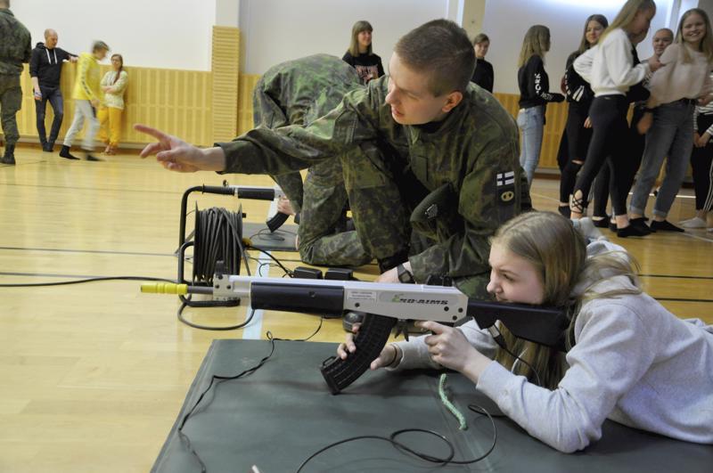 Ekoase. Väinö Järvenpää Niinisalon varuskunnasta opasti Ella Jylhää ammuntarastilla.